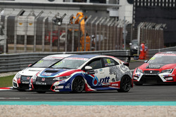 Tin Sritrai, Honda Civic TCR, Team Thailand; Kevin Gleason, Honda Civic TCR, West Coast Racing