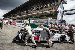 Машину #2 Porsche Team Porsche 919 Hybrid выкатывают на стартовую решетку