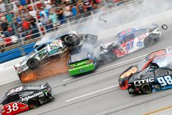 Crash mit Ricky Stenhouse Jr., Roush Fenway Racing Ford, und Kevin Harvick, Stewart-Haas Racing Chev