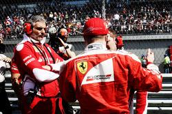 Maurizio Arrivabene, Team Principal de Ferrari avec Kimi Raikkonen, Ferrari et Dave Greenwood, ingénieur de course Ferrari sur la grille
