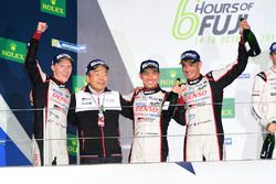 Podio LMP1: i vincitori della gara #6 Toyota Racing Toyota TS050 Hybrid: Stéphane Sarrazin, Mike Conway, Kamui Kobayashi