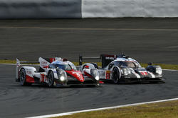 #1 Porsche Team Porsche 919 Hybrid: Timo Bernhard, Mark Webber, Brendon Hartley, #6 Toyota Racing To