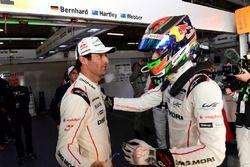 Ganadores de la pole #1 Porsche Team Porsche 919 Hybrid: Mark Webber, Brendon Hartley