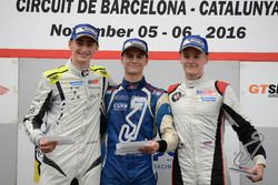 Podium novatos: Ganador, Colton Herta, Carlin Motorsport; segundo, Ferdinand Habsburg, Drivex School