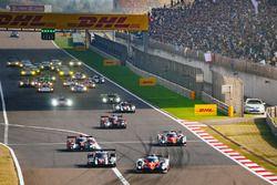 El Toyota #5 de Anthony Davidson, Sébastien Buemi, Kazuki Nakajima lidera el comienzo de la carrera