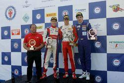 Podio Gara 1: il secondo classificato Marcos Siebert, Jenzer Motorsport, il vincitore Mick Schumacher, Prema Powerteam, il terzo classificato Raul Guzman Marchina, DR Formula