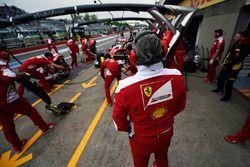 Maurizio Arrivabene, director del equipo Ferrari observa a Sebastian Vettel, Ferrari SF16-H en los p