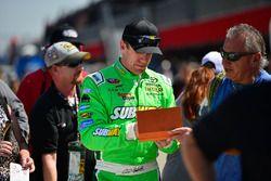 Carl Edwards, Joe Gibbs Racing Toyota firma autógrafos para los fans