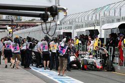 Romain Grosjean, Haas F1 Team VF-16 and Rio Haryanto, Manor Racing MRT05 collide in the pit lane