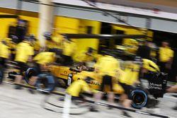 Тренирует пит-стоп Renault Sport F1 Team