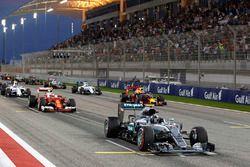 Le départ : Nico Rosberg, Mercedes AMG F1 Team W07 sur la grille de départ