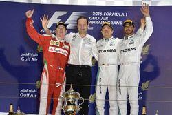 Podium: winner Nico Rosberg, Mercedes AMG F1 Team, Aldo Costa, Mercedes AMG F1 Engineering Director,