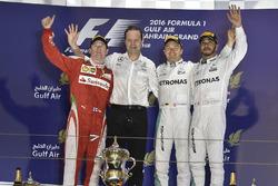 Podium : le vainqueur Nico Rosberg, Mercedes AMG F1 Team, Aldo Costa, directeur de l'ingénierie Mercedes AMG F1, le deuxième Kimi Raikkonen, Ferrari, et le troisième Lewis Hamilton, Mercedes AMG F1 Team