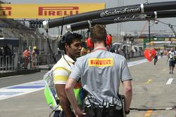 Karun Chandhok, consultant Channel 4 en discussion avec un ingénieur Pirelli