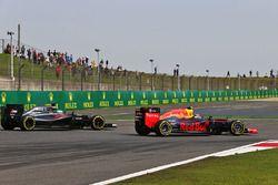 Daniil Kvyat, Red Bull Racing RB12 et Fernando Alonso, McLaren MP4-31 en lutte pour une position