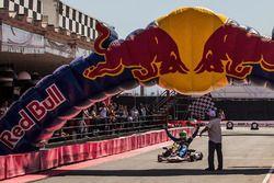 Renato Jader cruza a linha de chegada e vence a corrida
