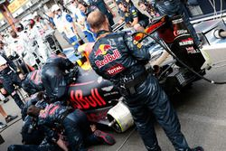 Max Verstappen, Red Bull Racing RB12 ai box mentre la gara è sospesa