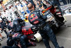 Макс Ферстаппен, Red Bull Racing RB12 на пит-лейне после остановки гонки