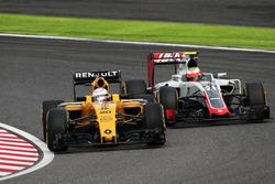 Kevin Magnussen, Renault Sport F1 Team RS16 y Esteban Gutiérrez, Haas F1 Team VF-16