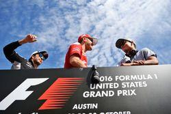Sergio Perez, Sahara Force India F1 mit Sebastian Vettel, Ferrari und Pascal Wehrlein, Manor Racing