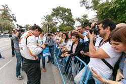 Alfonso Celis Jr., AVF imza dağıtıyor