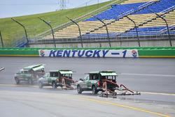 Los trabajadores del circuito intentan secar la pista