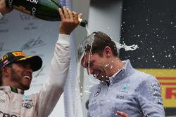 Le vainqueur Lewis Hamilton, Mercedes AMG F1 fête sa victoire sur le podium avec James Vowles, Chef de la Stratégie Mercedes AMG F1