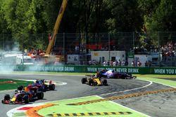 Carlos Sainz Jr., Scuderia Toro Rosso STR12 sort large dans les panneaux