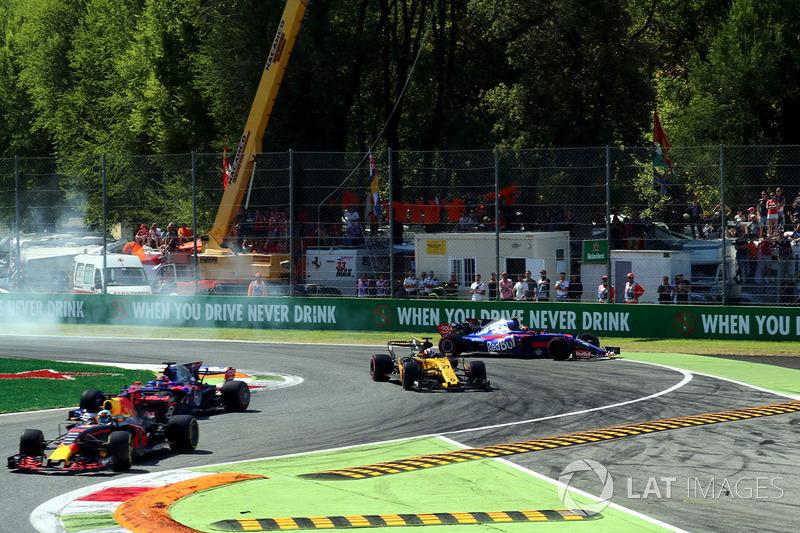 Carlos Sainz Jr., Scuderia Toro Rosso STR12 se va amplio con los bolardos