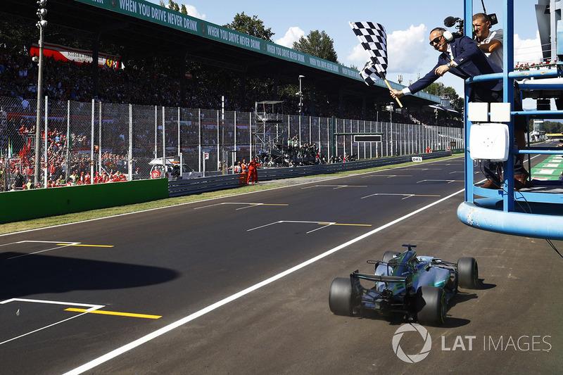 Hamilton llega primero a la bandera a cuadros. Empieza a ser un clásico en Monza