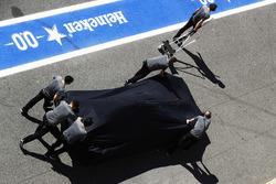 Meccanici spingono la macchina di Fernando Alonso, McLaren MCL32, nel boz