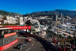 Adam Carroll, Jaguar Racing, devant Nick Heidfeld, Mahindra Racing, et Stéphane Sarrazin, Venturi
