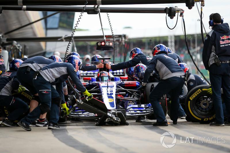 Daniil Kvyat, Scuderia Toro Rosso STR12 fa un pitstop