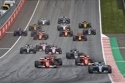 Valtteri Bottas, Mercedes AMG F1 W08, Sebastian Vettel, Ferrari SF70H, Kimi Raikkonen, Ferrari SF70H, the rest of the field away at the start
