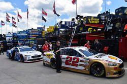 Joey Logano, Team Penske, Ford; Ricky Stenhouse Jr., Roush Fenway Racing, Ford