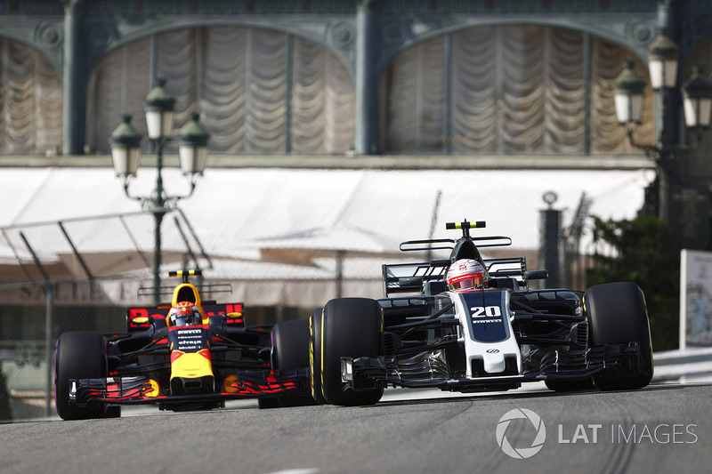 Kevin Magnussen, Haas F1 Team VF-17; Max Verstappen, Red Bull Racing RB13