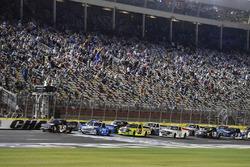 Ripartenza: Kyle Busch, Kyle Busch Motorsports Toyota, Johnny Sauter, GMS Racing Chevrolet lead