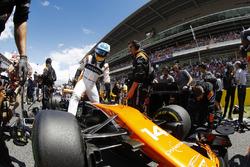 Fernando Alonso, McLaren MCL32, sort de sa voiture