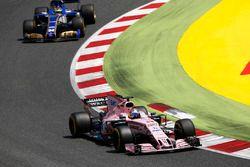 Серхио Перес, Sahara Force India F1 VJM10, и Паскаль Верляйн, Sauber C36