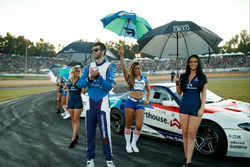 James Deane mit Gridgirls