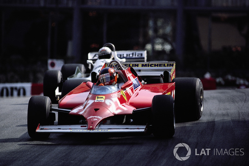 1981 - Com 4 voltas para o fim, Gilles Villeneuve segura a Williams de Alan Jones