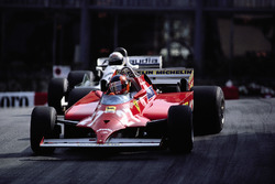 Avec 4 tours à faire, Gilles Villeneuve double la Williams d'Alan Jones et prend la tête.