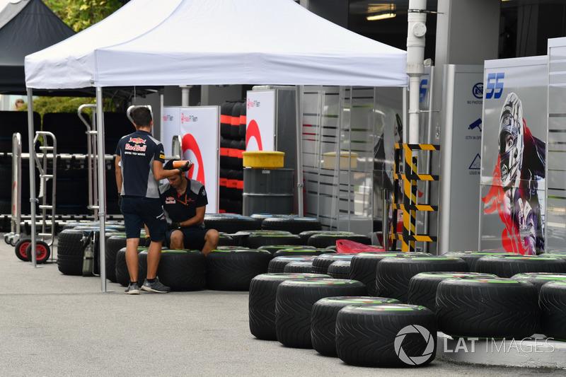 Meccanico della Scuderia Toro Rosso con gli pneumatici Pirelli