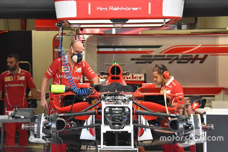 Ferrari SF70H in allestimento nel box