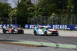 Tom Chilton, Citroën C-Elysée WTCC, Sébastien Loeb Racing, davanti Rob Huff, Citroën C-Elysée WTCC, ALL-INKL.COM Münnich Motorsport