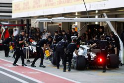 Valtteri Bottas, Mercedes AMG F1 W08 en pits