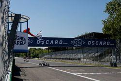 Bandera a cuadros para Lando Norris, Carlin Dallara F317 - Volkswagen