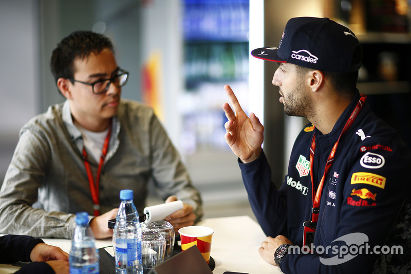 Гонщик Red Bull Racing Даниэль Риккардо и журналист Эрвин Ягги