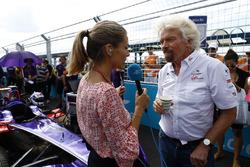 Sir Richard Branson habla a Nicki Shields en la parrilla