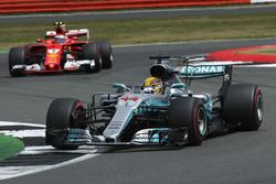 Льюис Хэмилтон, Mercedes AMG F1 W08, и Кими Райкконен, Ferrari SF70H